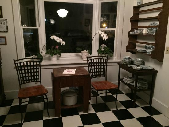 Lois Jane's Riverview Inn: Kitchen Area