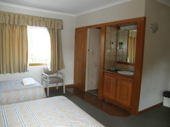 Ascot Motor Inn: Room