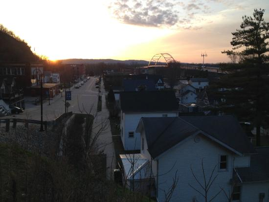 Cobblestone Inn and Suites Marquette, IA/Prairie Du Chien : Hotel & Marquette at sunrise from the west