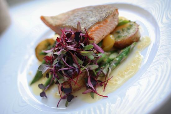 Mosaiik Cafe & Lounge: Salmon with asparagus