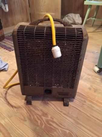 Sea View Inn: space heater in room