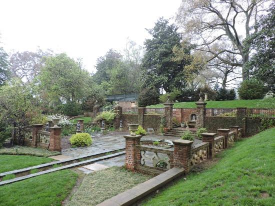 Virginia House: lovely gardens