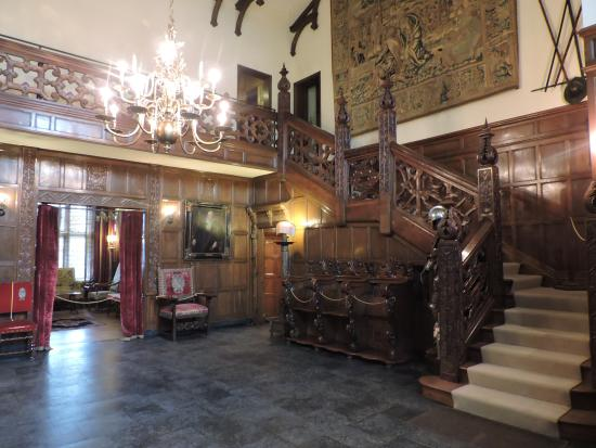 Virginia House: awesome entrance hall   (half of the agecroft hall staircase)