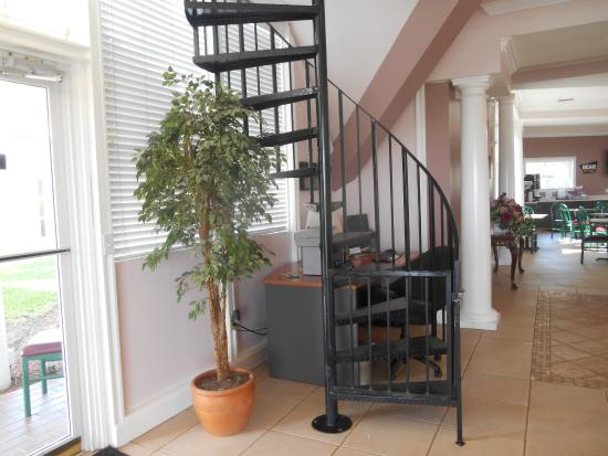 Travelodge Lakeland: The spiral staircase in the lobby