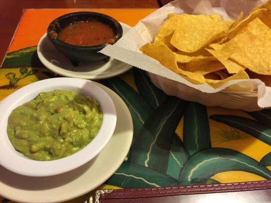 La Hacienda Mexican Cuisine: Salsa n gaucaomole n chips