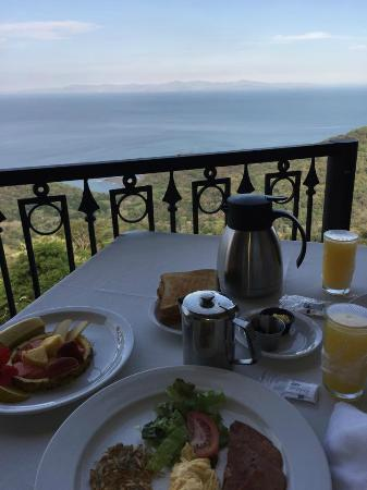 Zephyr Palace Luxury Rental Mansion: Breakfast on the terrace