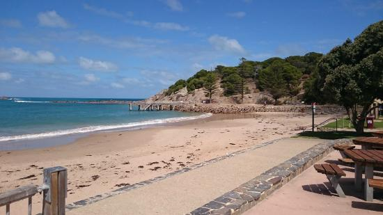 Port Elliot Holiday Park: The beach viewfrom Port Elliot Caravan park looking right to jetty