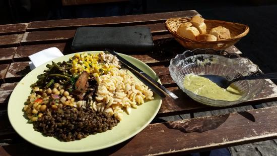 L'Oignon givre : Zucchini-Suppe mit Salat