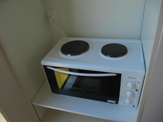 Turangi Bridge Motel: Hot plates and oven in mini kitchen