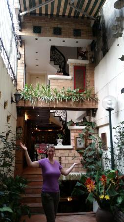 Classic Street Hotel: Hotel's open Atrium between desk and breakfast area