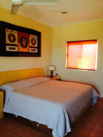 Olas de Cerritos : King Size Bed in Room with Kitchenette