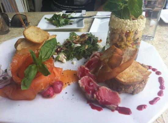 Messina : Sélection spéciale: salade de calmars grillés, tataki de thon rouge, saumon fumé et tartare de b