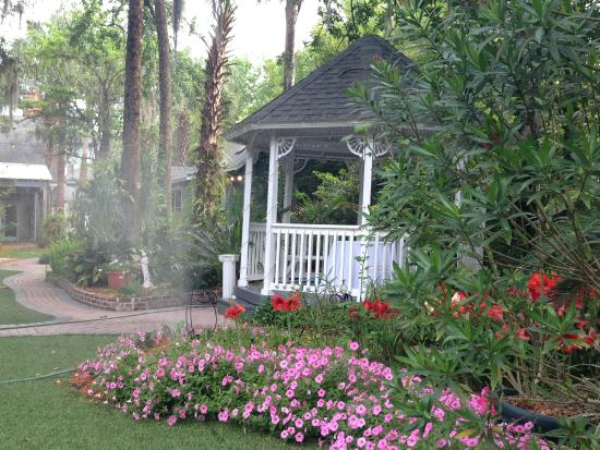 Sweetwater Branch Inn: Gazebo on the grounds