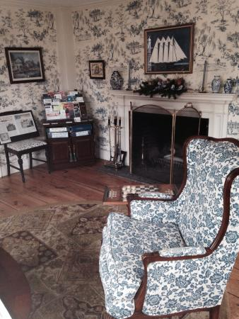 Deacon Timothy Pratt Bed and Breakfast: The sitting room in main house of inn