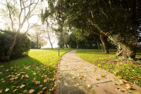 Best Western Leigh Park Hotel: Path to the Secret Garden