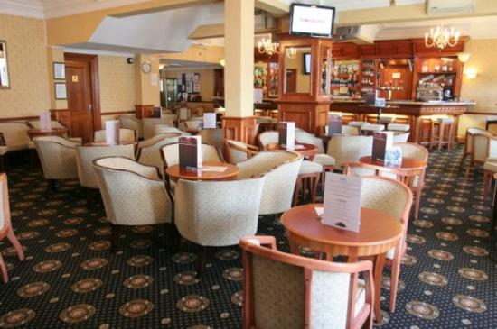 Revelstoke Hotel: Bar area