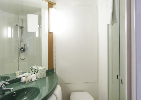 Salle de bain picture of ibis paris avenue d 39 italie for Salle de bain italie
