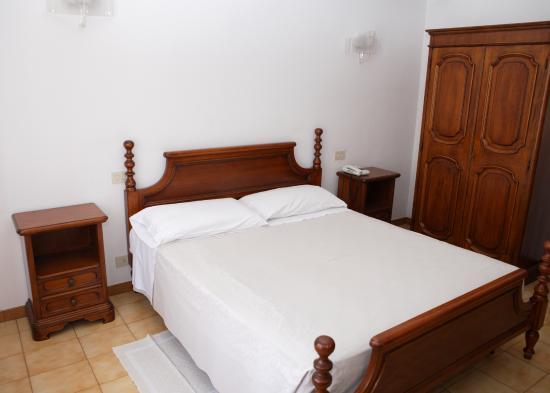Camera stile antico   picture of hotel amato, capo d'orlando ...