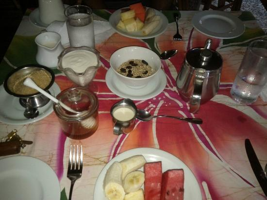 Kariwak Village Restaurant: Fruit, yogurt and granola