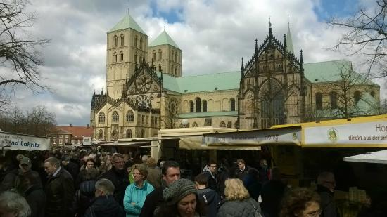 Wochenmarkt Muenster: Beautiful setting with the Cathedral / Dom in the back