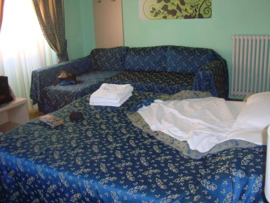 21 Aprile House: letto e divanetto