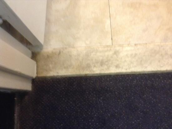 Bathroom marble sill - Picture of Howard Johnson by Wyndham Staunton