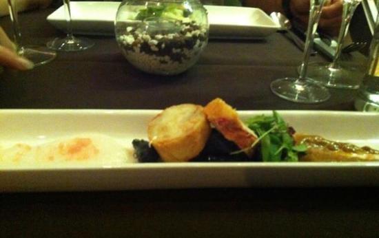 Apollo : Médaillon de homard, texture de bisque, gnocchi noirs froids, jus de pamplemousse en écume et qu