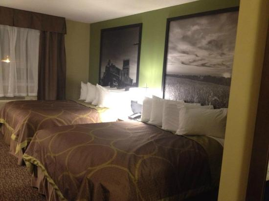 Super 8 Regina: Our two queen beds room.