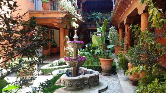 Hotel Pueblo Magico: Fuente de cantera y Corredores con Arquería colonial mexicana