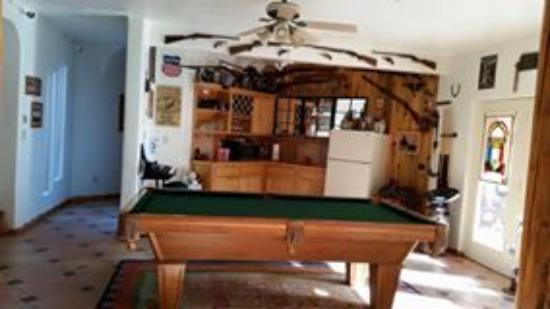 Adobe Abode Bed & Breakfast: Pool table and kitchenette where guests can use fridge & microwave