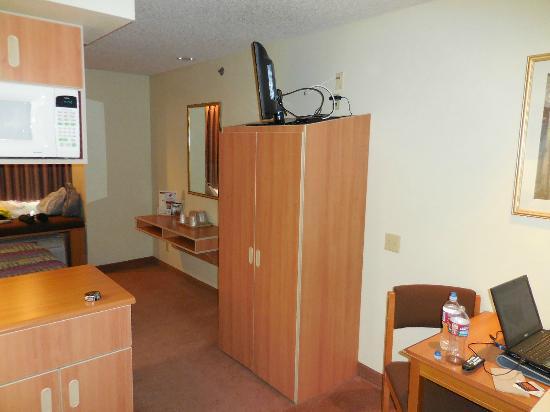Western Skies Inn and Suites Los Lunas: Closet