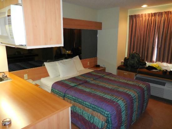 Western Skies Inn and Suites Los Lunas: Bed area