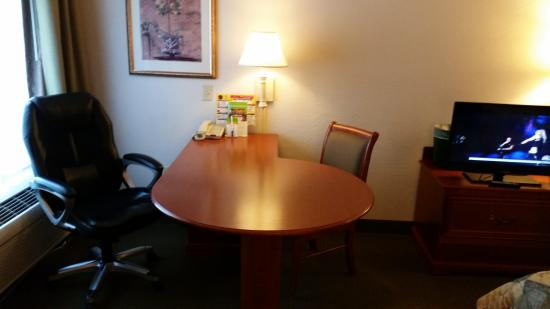 La Quinta Inn & Suites Bakersfield North : Desk unit in room