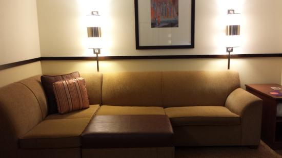 Hyatt Place Greenville: sectional and ottoman