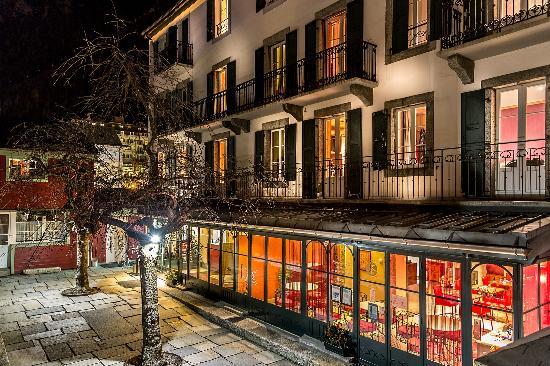 Hôtel Le Chamonix : Façade de nuit