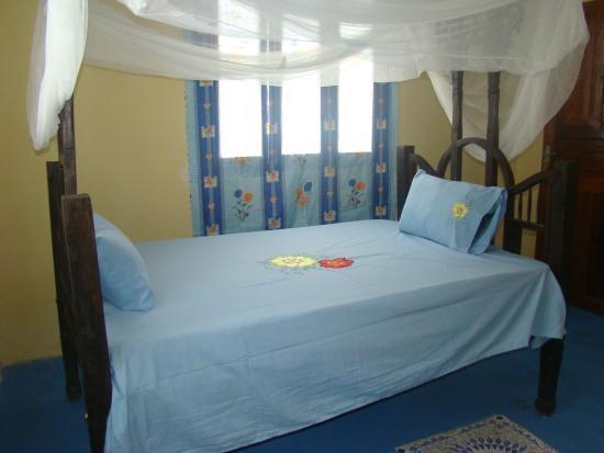 Zanzariera Letto Matrimoniale : Camera con letto matrimoniale zanzariera e protezione finestre