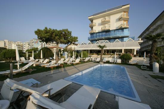 Hotel Universo: giardino privato con piscina