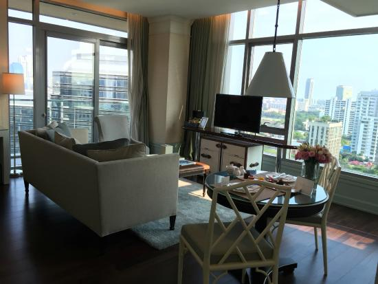 Oriental Residence Bangkok: Living Room of One-Bedroom Suite Corner