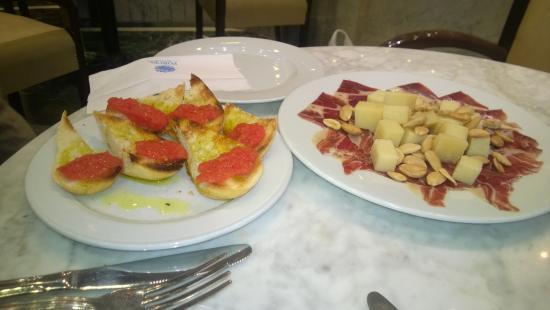 Corona de Granada Hotel: bar snack with two glasses of wine for EUR12