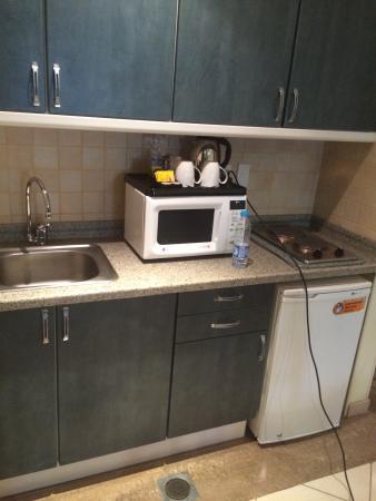 Coral Al Ahsa Hotel: Mini kitchen
