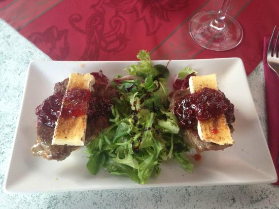 Restaurante Oliva: Appetizer of steak with brie and cranberry sauce
