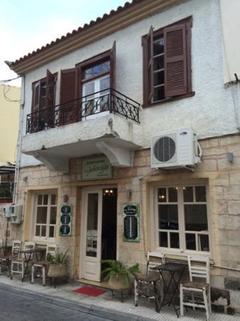 λαδόκολλα: restaurant front