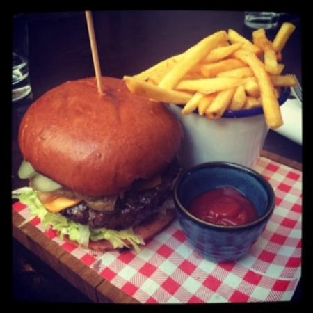 Prince Alfred & Formosa Dining Room: Delicious PA cheese burger