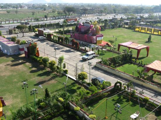 Hotel Chandra Mahal Palace: Extensive well kept grounds are a pleasant setting