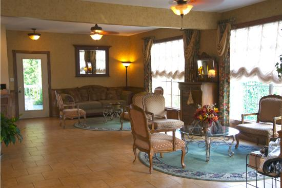 Honeysuckle Inn and Conference Center: Lobby