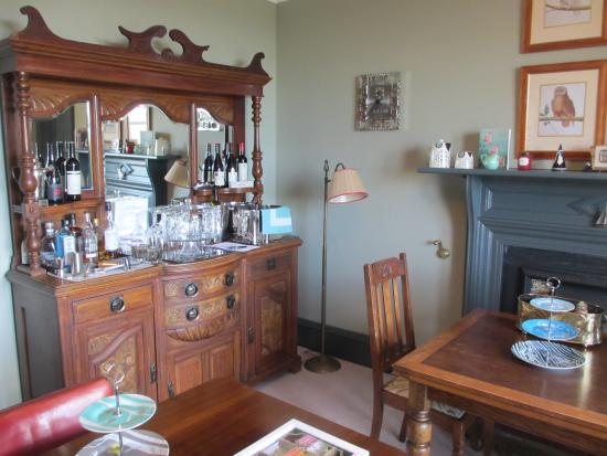 Tighard Guest House: Dining room and honesty bar