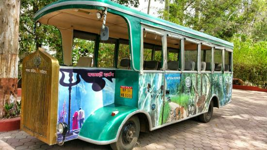 Hotel Highlands: Bus  for Pachmari  Tour at Hotel.