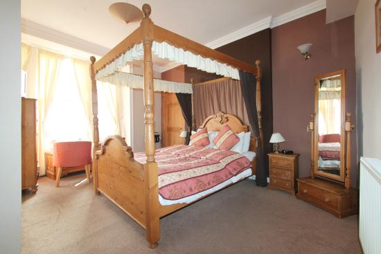 The Bourneville: Four Poster Room