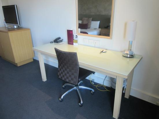 Mercure Melbourne Albert Park: work area - privilege room