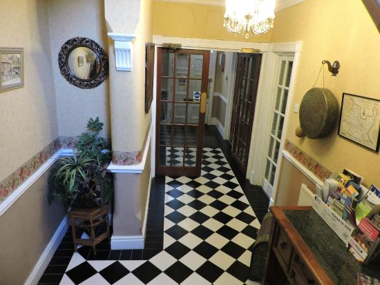 Pymgate Lodge Airport Hotel: Hallway